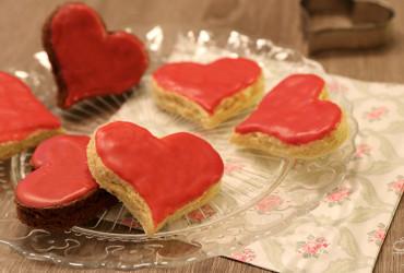 Süßes zum Valentinstag: Biskuit-Herzen mit Himbeer-Glasur