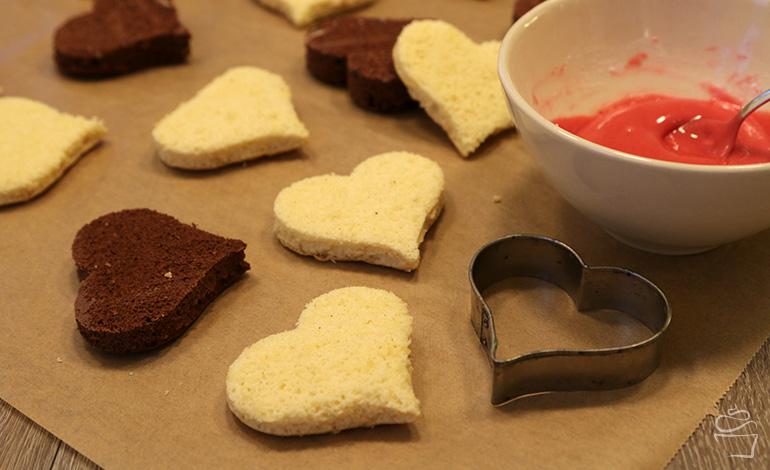 Biskuit-Herzen mit Himbeer-Glasur