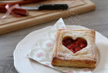 Erdbeer-Rhabarber-Blätterteigtaschen