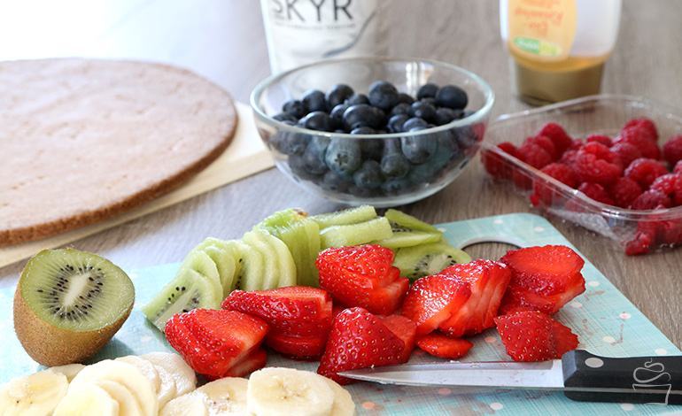 Fruchtpizza mit Erdbeeren, Himbeeren, Brombeeren, Kiwi und Banane
